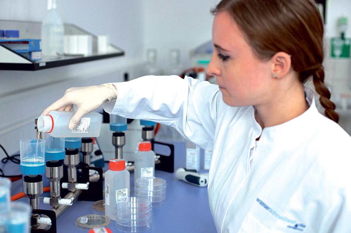Eine Mitarbeiterin untersucht Wasserproben im Labor.