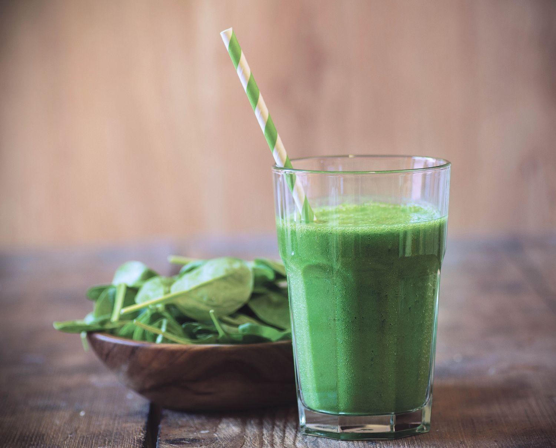 Grüner Smoothie und grüner Salat. Thema: Ernährungsmodelle