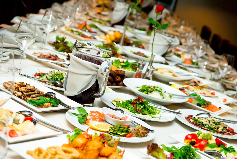 Buffet mit verschiedenen Speisen. Thema: Lebensmittelqualität