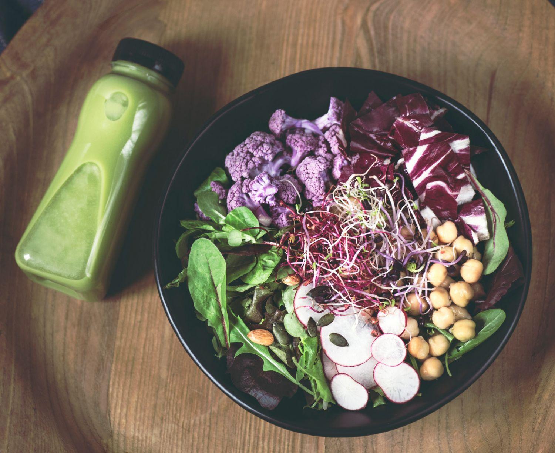 Gesunde Gemüse-Bowl mit einem grünen Smoothie