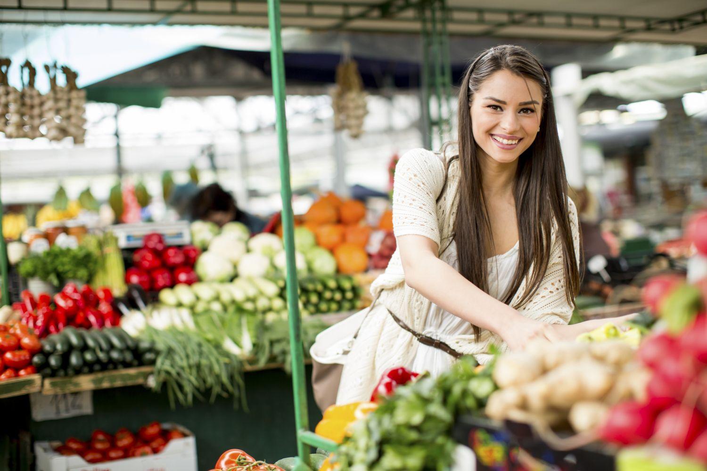 Frau auf einem Obst- und Gemüsemarkt.