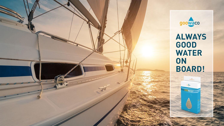 Yacht mit kleinem Werbeblock an der Seite