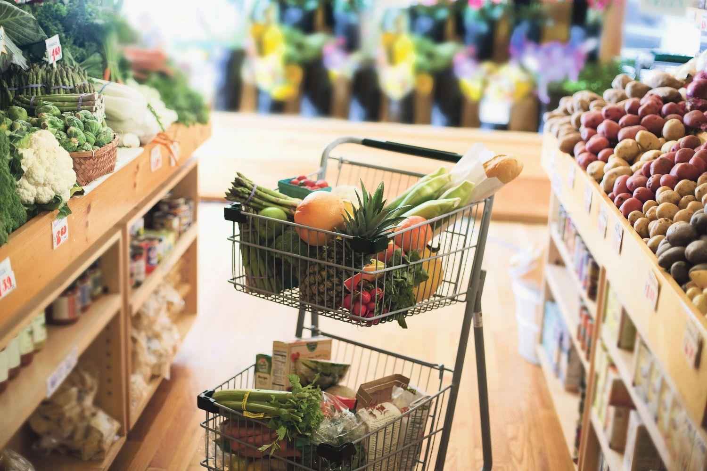Gemüseregal im Supermarkt. Thema: Lebensmitteleinzelhandel